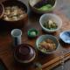 大阪焼と言われるうなぎは蒸さずにひたすらタレをかけて焼くもので、カリッとしてこうばしい香りがいたします。