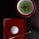 「微妙な角の反りが、茶碗は丸、茶托も丸に変化を与え、大福餅にまで変化を与えてくれているようです。」