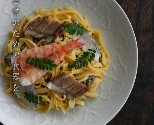 白磁陽刻牡丹文7.5寸皿・阿部春弥